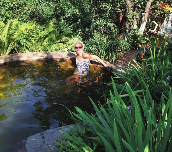 Уголок для релакса - уютный пруд, в котором так приятно освежиться в жару.
