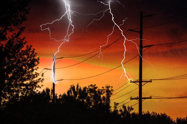 Давно известно, что молнии обычно попадают в возвышающиеся над поверхностью земли предметы - деревья, столбы, мачты.