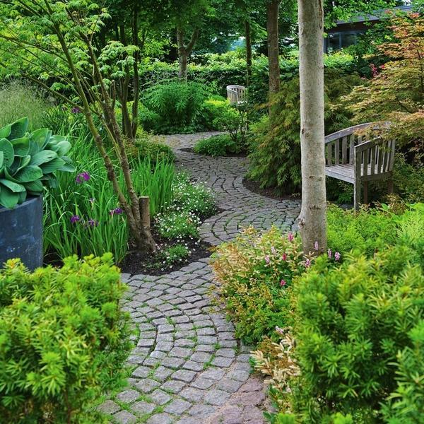 Роль садовых дорожек в ландшафте участка и варианты их обустройства