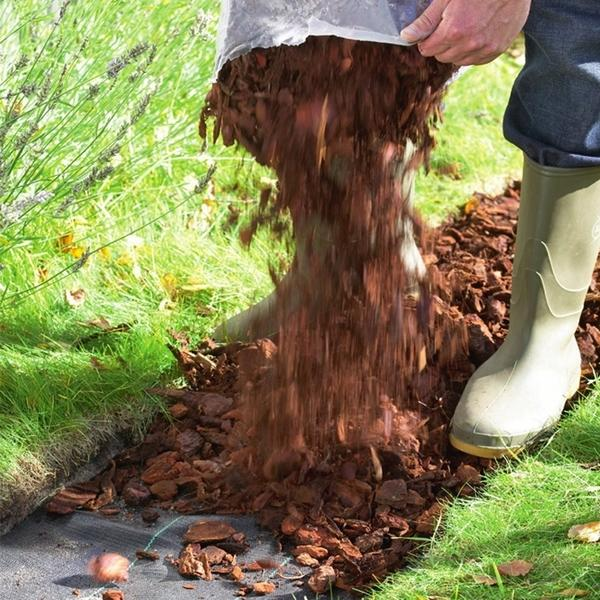 Агроткань (или геотекстиль) представляет собой прочный водопроницаемый материал. Ее часто расстилают под слоем гравия, щебня, измельченной древесной коры, чтобы предотвратить проникновение сорняков