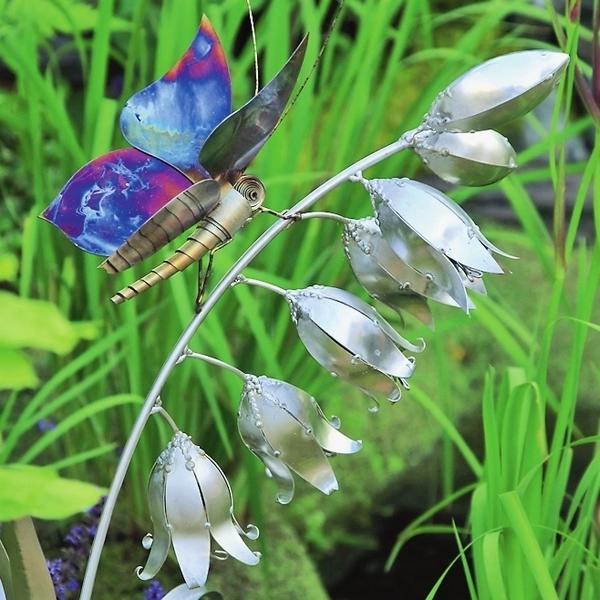 Металлическая бабочка, присевшая отдохнуть на изящный цветок, выглядит почти как живая!