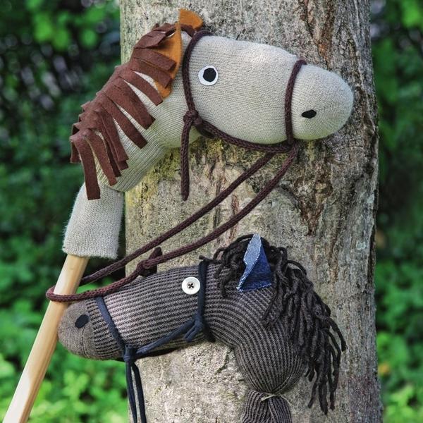 Палка от швабры, носок и остатки ткани - все, что нужно для того, чтобы смастерить игрушечных скакунов с лохматыми гривами.