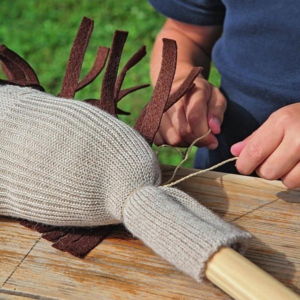 Бечевкой привяжите голову к палке от швабры.