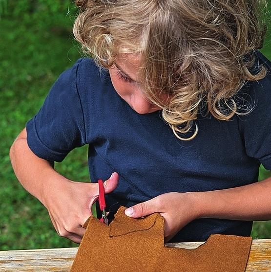 Уши вырежьте из светло-коричневого войлока.