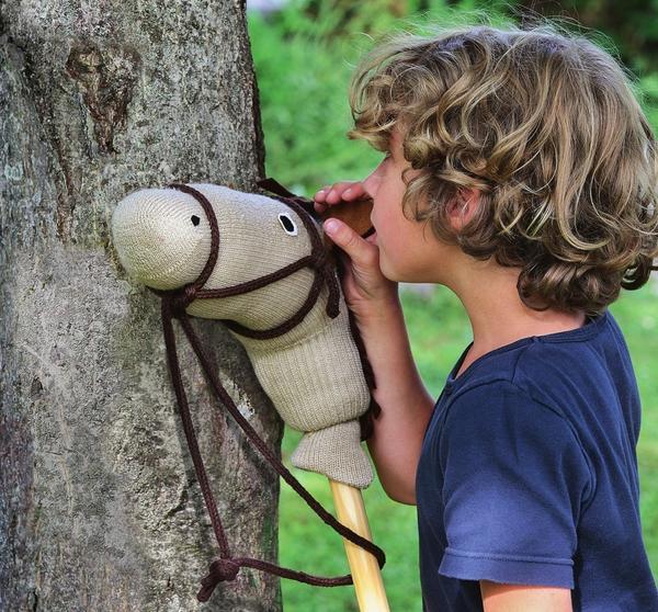 Собираясь на прогулку вместе со своим конем по имени Ветер, Федя шепчет ему что-то на ушко.