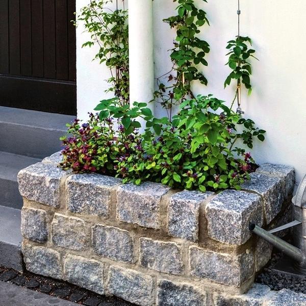 Для мини-цветника из гранита не нужно много места, да и построить его легко.
