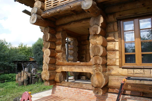 Обдуманная работа архитектора. Венец не только ограждает крыльцо, но и может использоваться в качестве столика