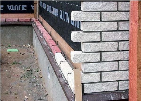 Несущую стену обычно закрывают гидроветрозащитной мембраной