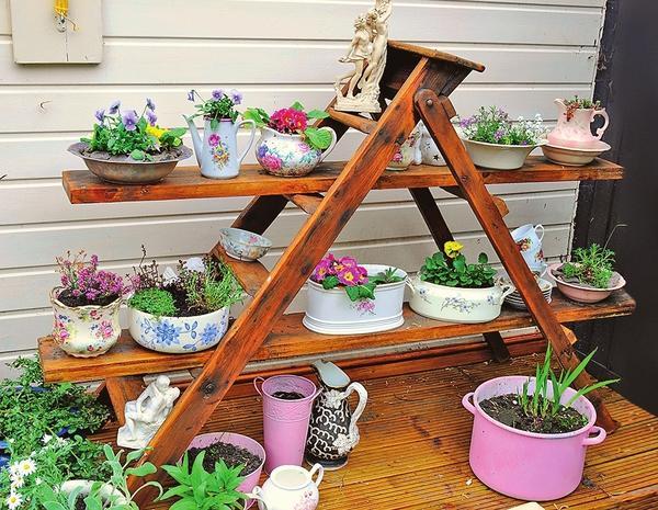 Садовый стеллаж для контейнеров из старой стремянки