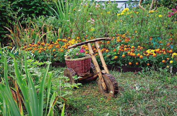 Все рукотворное, состаренное и этническое - лучшее, что можно придумать для вашего сада.