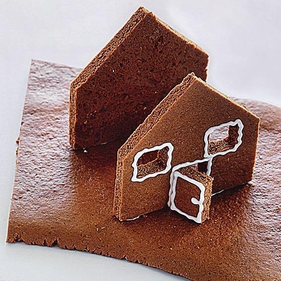 Части стены со скатом крыши наклейте на пластину-основание