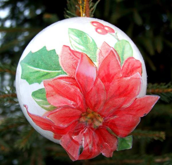 Хотите успехов в любви - украсьте шарик изображением пуансеттии.