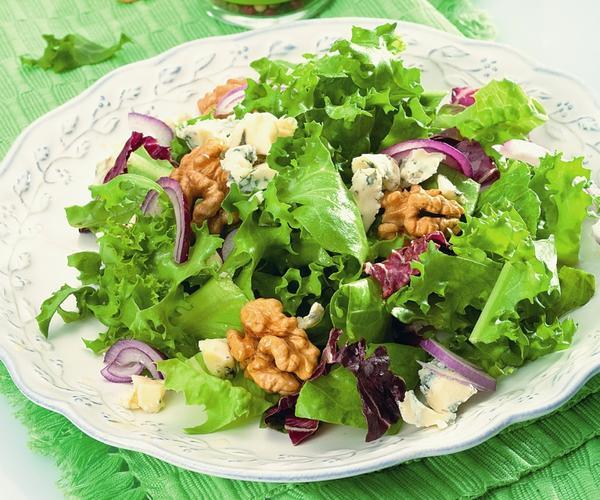 Салат с красным луком и грецкими орехами. Фото: Олег Кулагин/ЦФА Burda