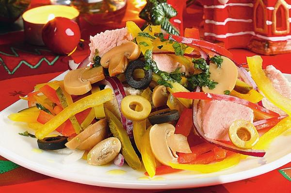 Салат с индейкой, овощами и грибами. Фото: Олег Кулагин /ЦФА Burda