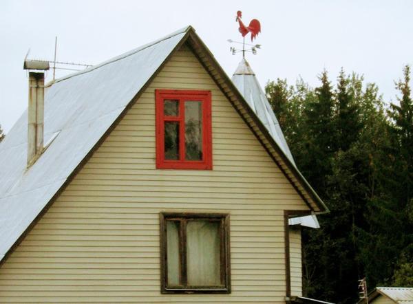 Дом с таким флюгером-петушком не спутаешь с другим коттеджем