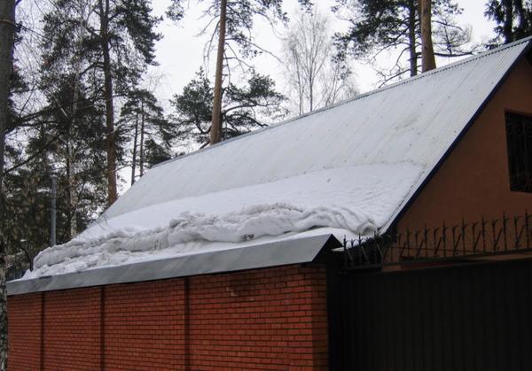 Вот так и сошел снег с этой крыши