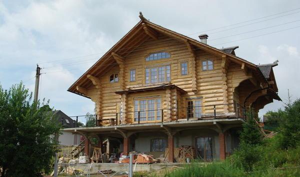 Современный бревенчатый дом. Фундамент - железобетон.