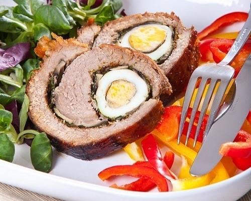 Мясной рулет с грибами и яйцами. Фото: К. Виноградов/BurdaMedia