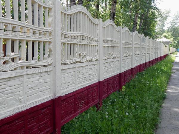 Забор из бетонных плит