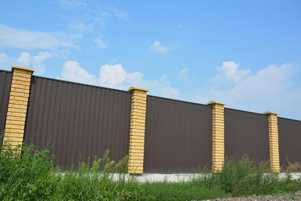 Комбинированный забор - профнастил с кирпичом