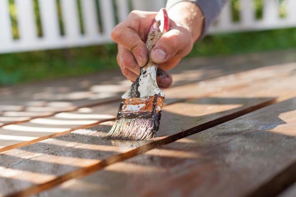 Все деревянные части забора необходимо покрыть олифой или иным средством
