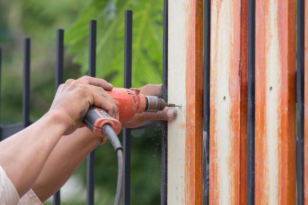 Специалисты советуют использовать прочные металлические опоры даже для деревянных заборов