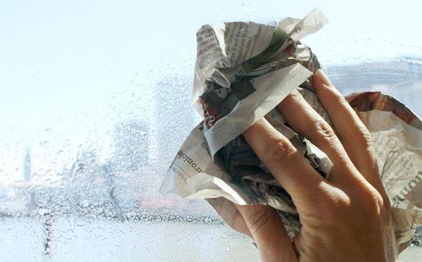 Старый добрый способ мытья окон. Фото с сайта fishki.net