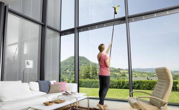 Для панорамных окон понадобится швабра с длинной ручкой. Фото с сайта koffkindom.ru.