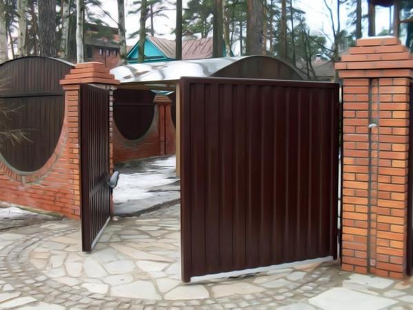 Распашные ворота. Фото с сайта koffkindom.ru