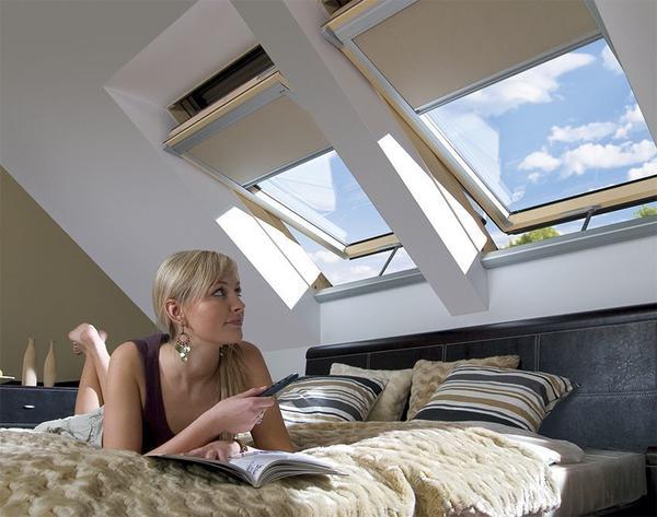 К мансардному окну можно подключить электрические жалюзи, шторы или рольставни. Все эти функции обслуживаются с помощью пульта дистанционного управления. Фото с сайта fakro.ru