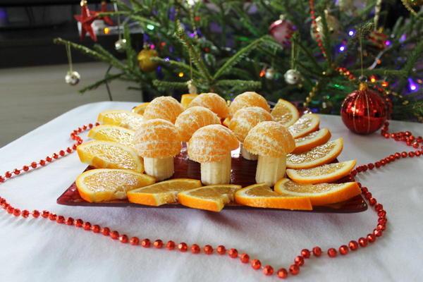 Грибная поляна из мандаринов и банана. Фото: LilyBarta