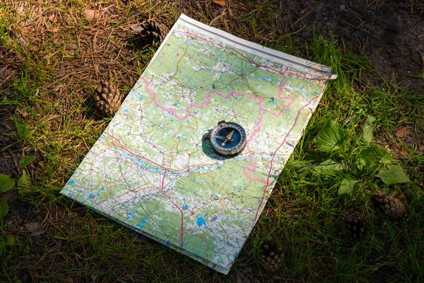 Изучите карту и особенности местности