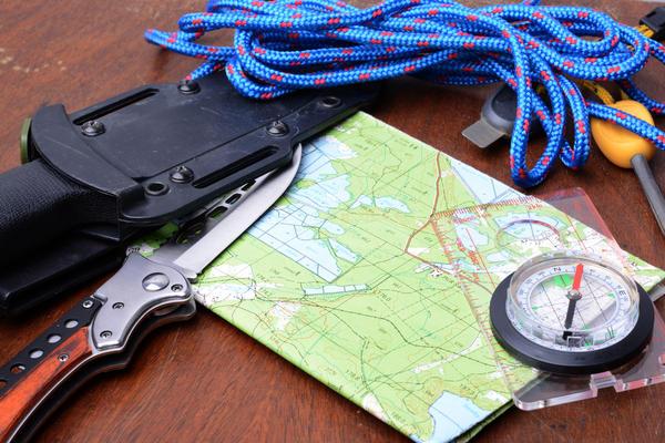 Отправляясь на лесную прогулку, постарайтесь взять с собой хотя бы минимальный набор вещей, необходимых для выживания