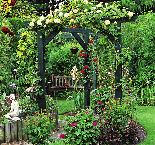 Пергола должна гармонировать с растением, увивающим ее, и вместе с тем — вписываться в стиль сада