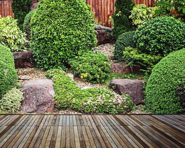 Даже если участок ровный, его можно сделать разноуровневым, расположив на разных «этажах» сады камней, подиумы и клумбы