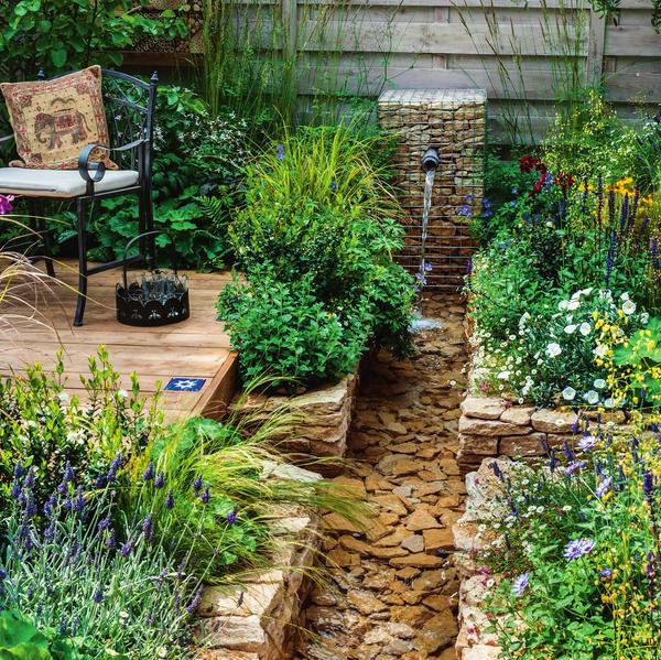 Нестандартный микс: деревянный помост, стенки сухой кладки и габион соединены в цельный образ пышными растениями. Зелень смягчает строгие линии архитектурных элементов из разных строительных материалов