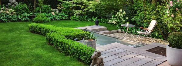 Главный элемент оформления этого маленького сада – пруд в обрамлении каменных плит и стали. Место отдыха расположено непосредственно у воды и прикрыто от посторонних глаз высокими кустарниками