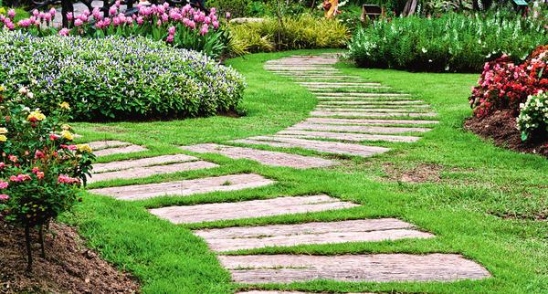 Не хочется разбивать газон сплошным мощением? Хорошее решение - соорудить шаговые дорожки. Они уместны в уединенных уголках сада, которые хозяева посещают нечасто