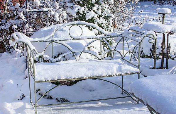 Металлическая скамья вполне может остаться зимовать в саду