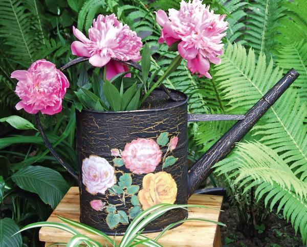 Из старой лейки получится отличная садовая ваза