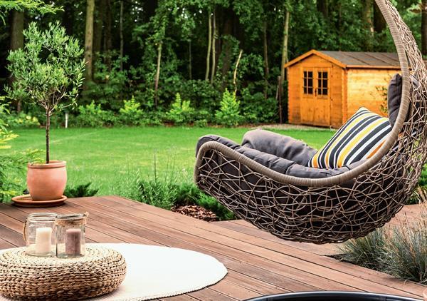 Для комфортного отдыха многого не нужно - достаточно небольшого столика, подвесного кресла с удобными подушками и красивого растения в горшке