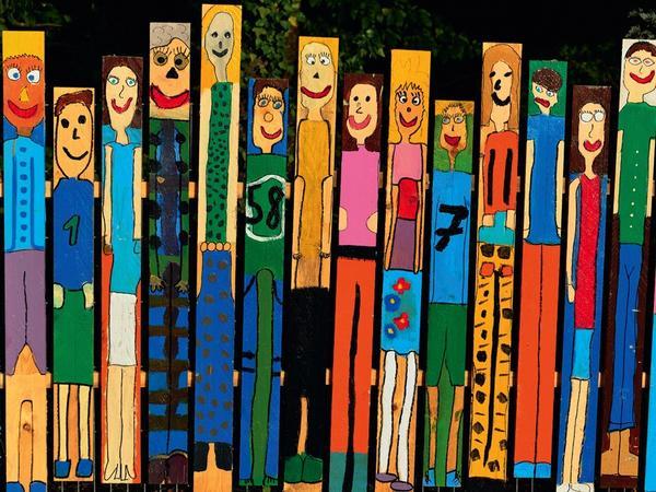 Креативный забор сделать просто: распишите его яркими красками!