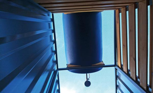 Летний душ со стенками из дерева и профнастила