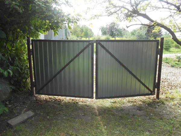 В своё время эти ворота служили основным въездом на дачный участок