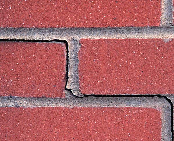 Трещины могут затрагивать только швы кладки