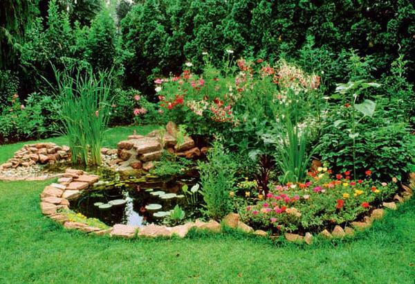 Разбейте на газоне небольшой прудик или озерцо, берега декорируйте булыжниками и валунами