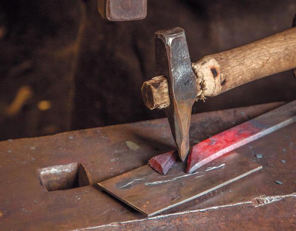 Простой листок. Отрубка уголка стальной полосы кузнечным зубилом для горячей рубки