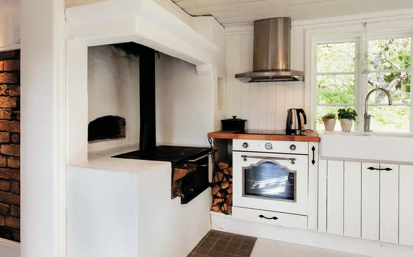 В современном доме традиционная дровяная печь вполне может соседствовать с газовой плитой