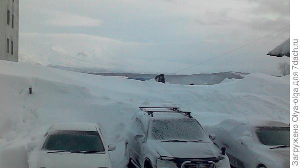 Это люди ищут свои машины после очередной пурги. Вид из окна