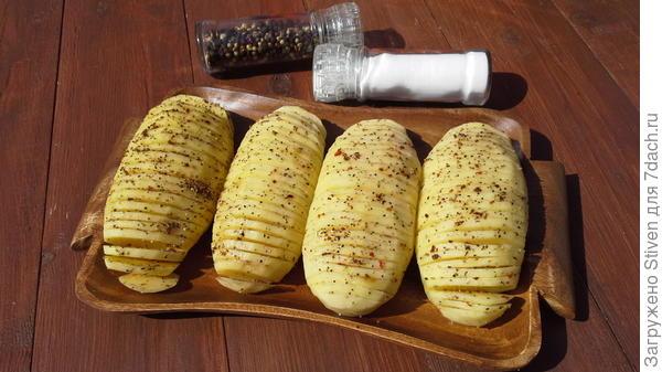 Картофель посолить, поперчить, почесночить